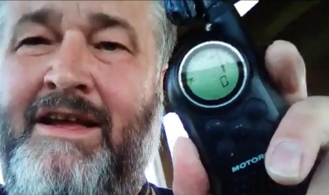 Tomáš Vlašim poslouchá PMR štafetu na rozhledně Špulka